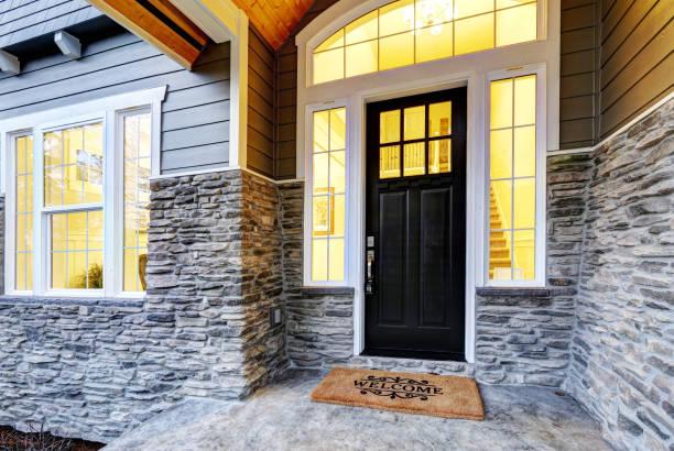 Überdachte Veranda Design mit Steinsäulen – Foto