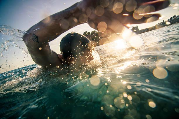 crawl di fronte - nuoto mare foto e immagini stock