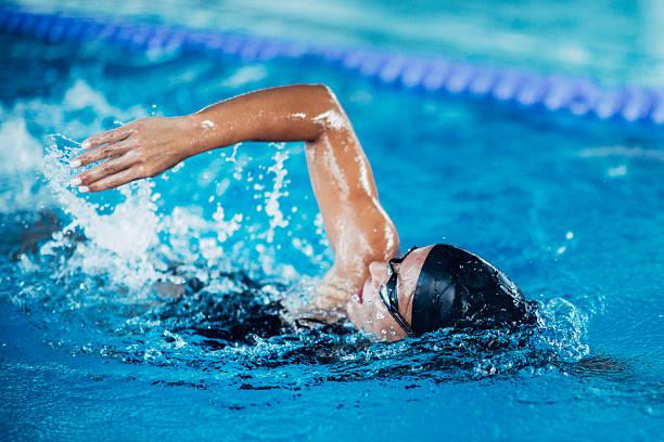 Front nado de estilo crol nadador - foto de stock
