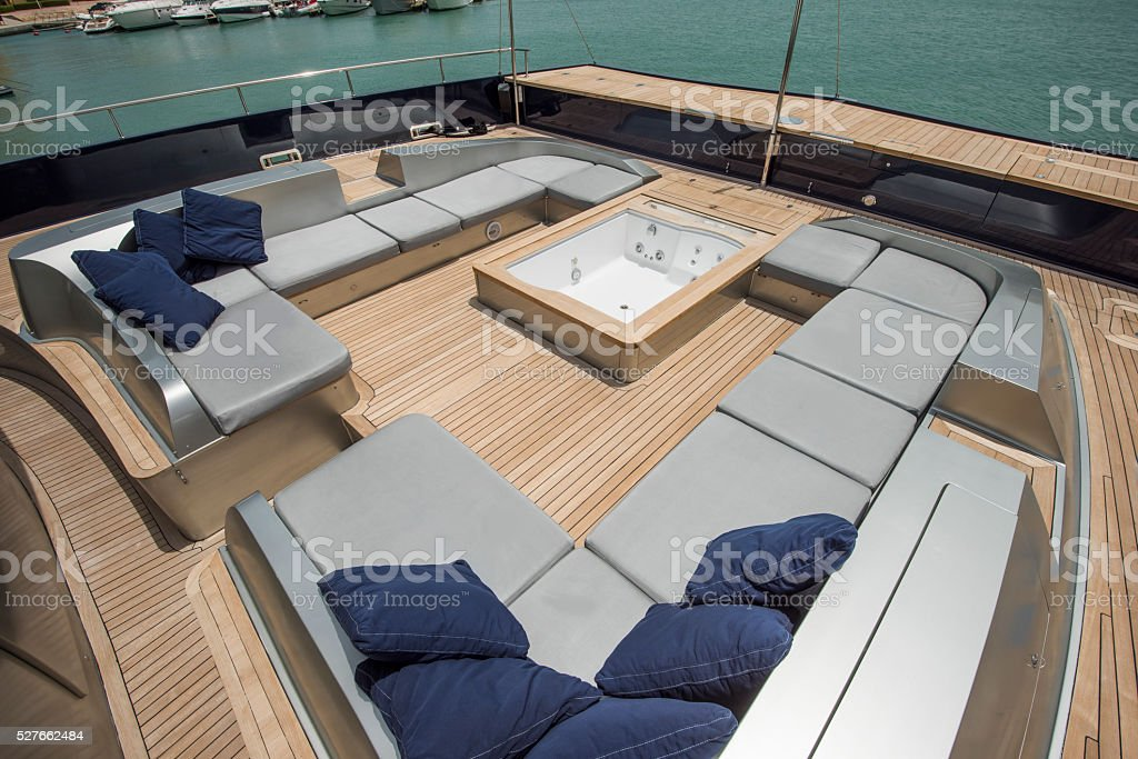 terrasse principale d un grand yacht de luxe avec jacuzzi photos et plus d 39 images de. Black Bedroom Furniture Sets. Home Design Ideas