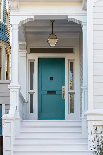 tür, der blick auf die blue door - treppe außen stock-fotos und bilder