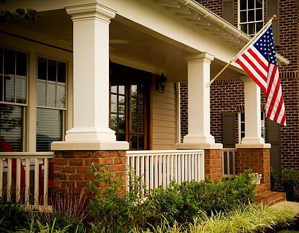 puerta frontal del hogar con una bandera estadounidense - fachada arquitectónica fotografías e imágenes de stock