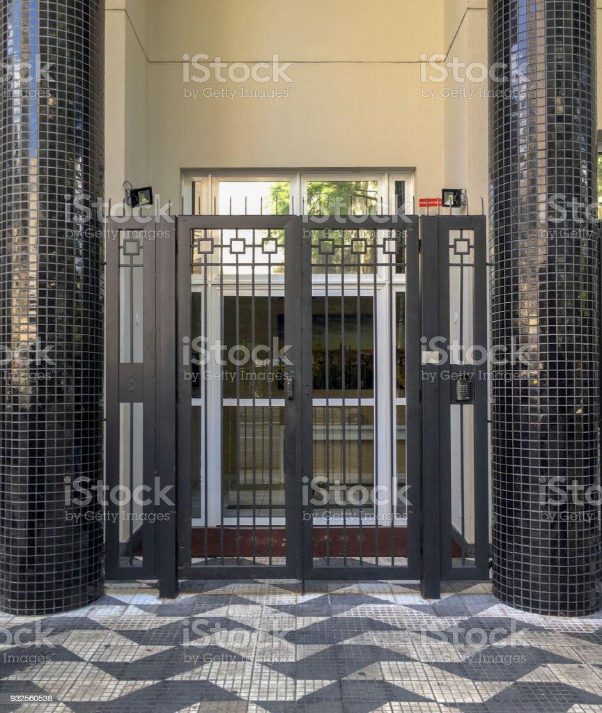 Haustür eines Altbaus – Foto