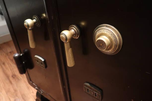 porte d'entrée du vieux coffre vintage - coffre fort équipement de sécurité photos et images de collection