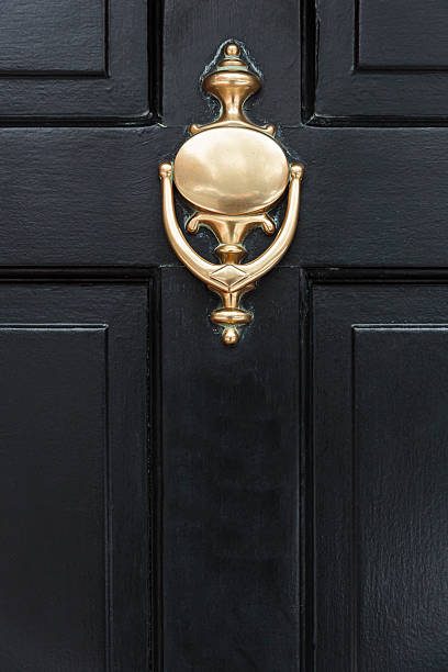 front door with a door knocker – Foto