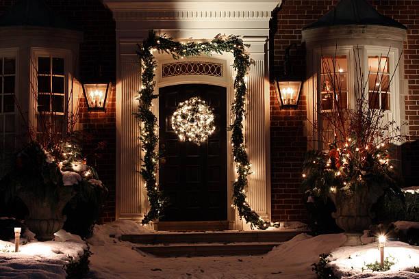 tür mit weihnachtsdekoration - deko hauseingang weihnachten stock-fotos und bilder