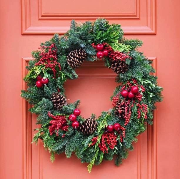 front door with christmas wreath made of pine branches - wieniec zdjęcia i obrazy z banku zdjęć