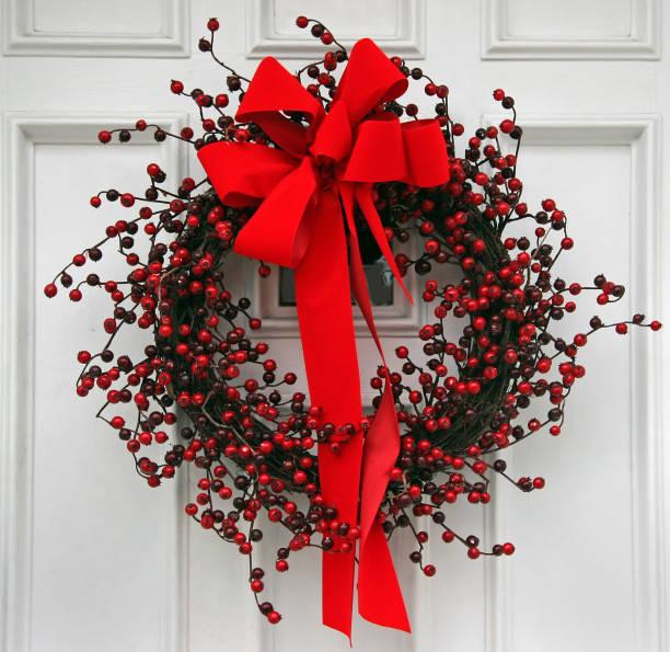 tür mit weihnachten kranz - türbänder stock-fotos und bilder