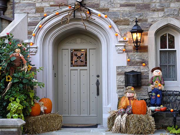 tür mit halloween-dekoration - türdeko stock-fotos und bilder