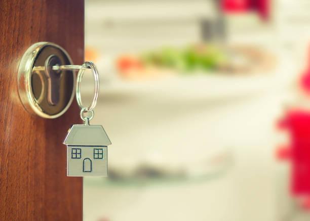 Porta da frente com as chaves de casa - foto de acervo