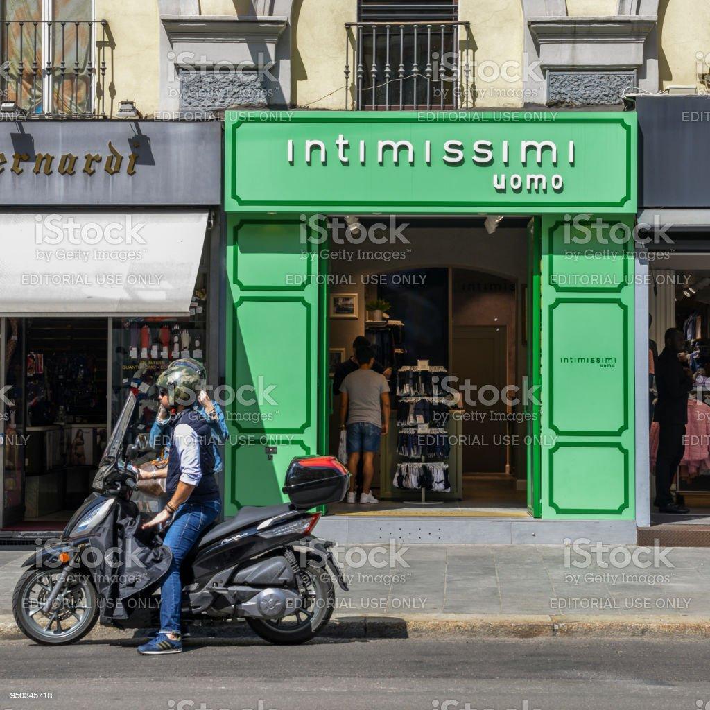 Fachada de entrada da frente de uma loja de roupa interior masculina em Milão - foto de acervo