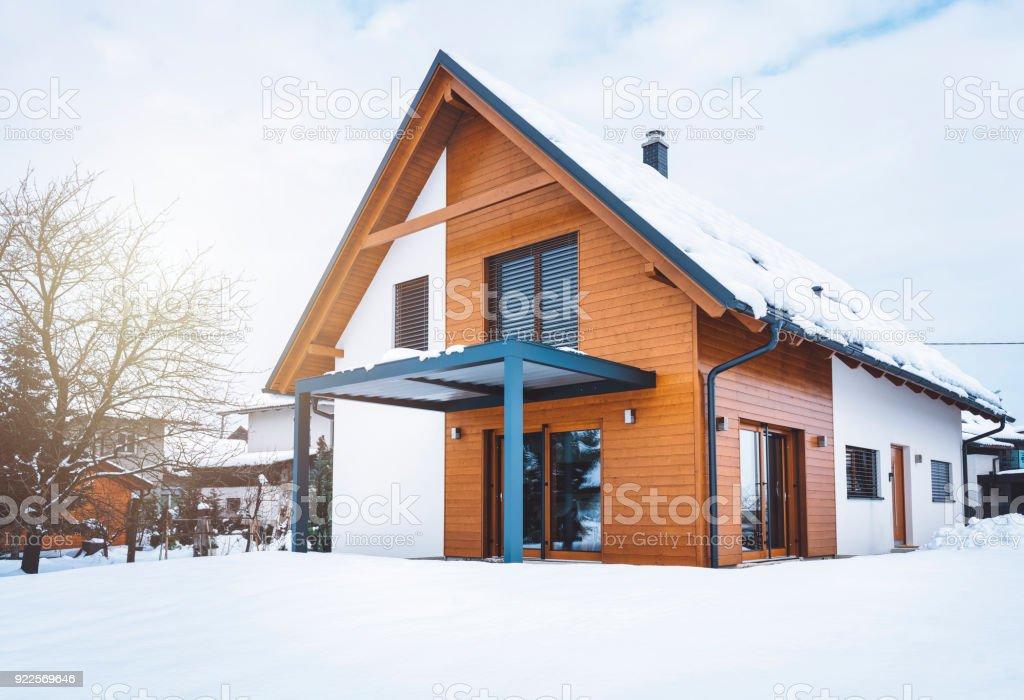 Vor dem Eingang des modernen Haus – Foto