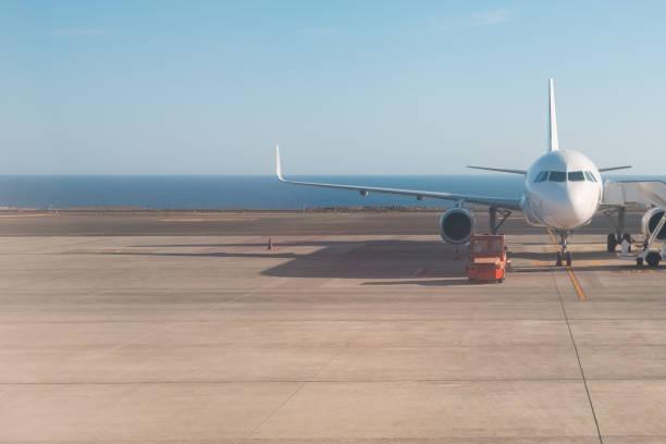 Vorderseite des Flugzeugs stehen auf der Piste mit Ozean Hintergrund – Foto