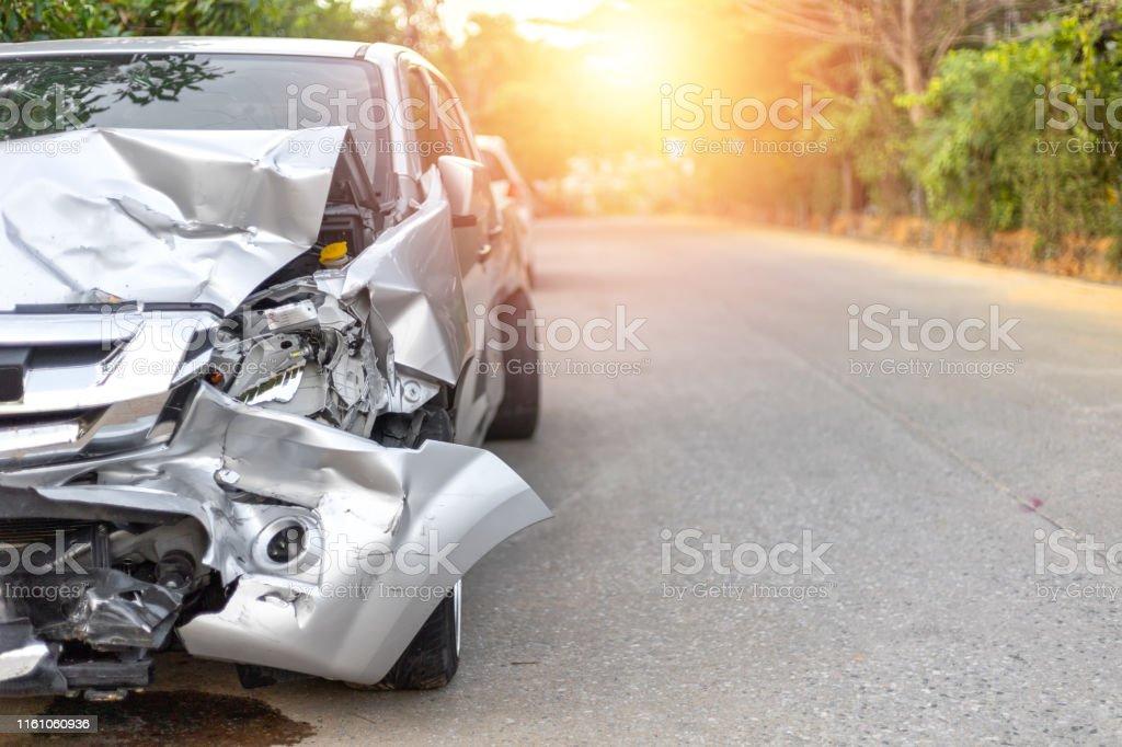 Front von hellgrauen Farbauto mit Pick-up haben große beschädigt und gebrochen durch Unfall auf der Straße in der Morgenzeit kann nicht mehr Park für Warte-Versicherungs-Offizier fahren. Mit Kopierraum für Text oder Design - Lizenzfrei Autounfall Stock-Foto