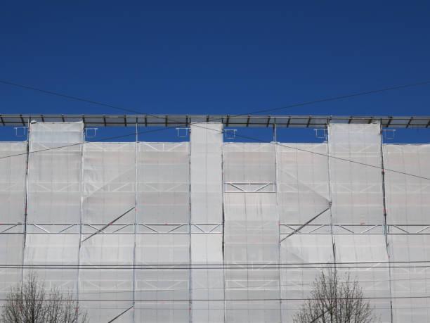 voorzijde van sommige huizen in steigers tegen een heldere blauwe hemel foto