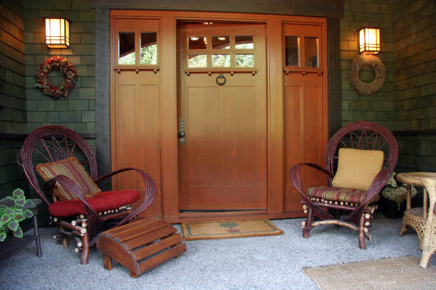 front porch and entrance of craftsman style bungalow - weranda zdjęcia i obrazy z banku zdjęć