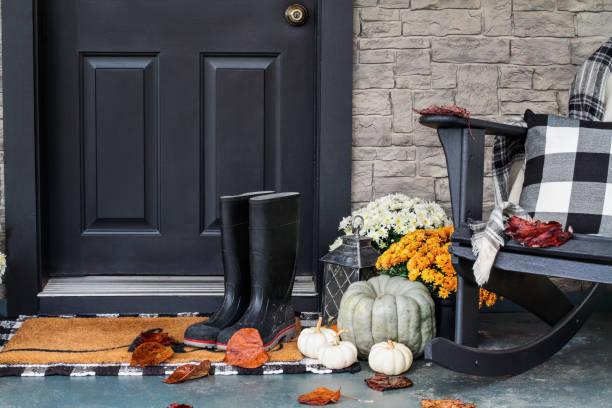 varanda da frente decorada para o outono com xadrez de búfalo - outono - fotografias e filmes do acervo