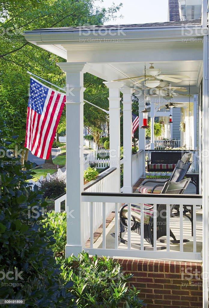 Le Porche De La Maison porche de la maison avec un drapeau américain – photos et plus d