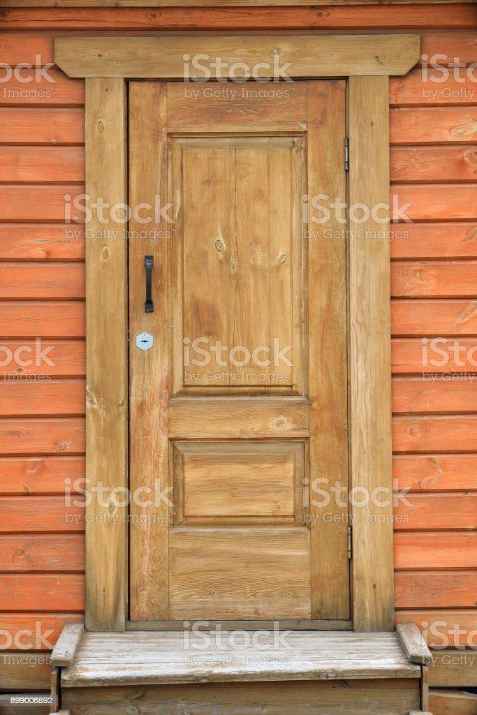 porche delantero, antigua casa doorof marrón o cabina - foto de stock