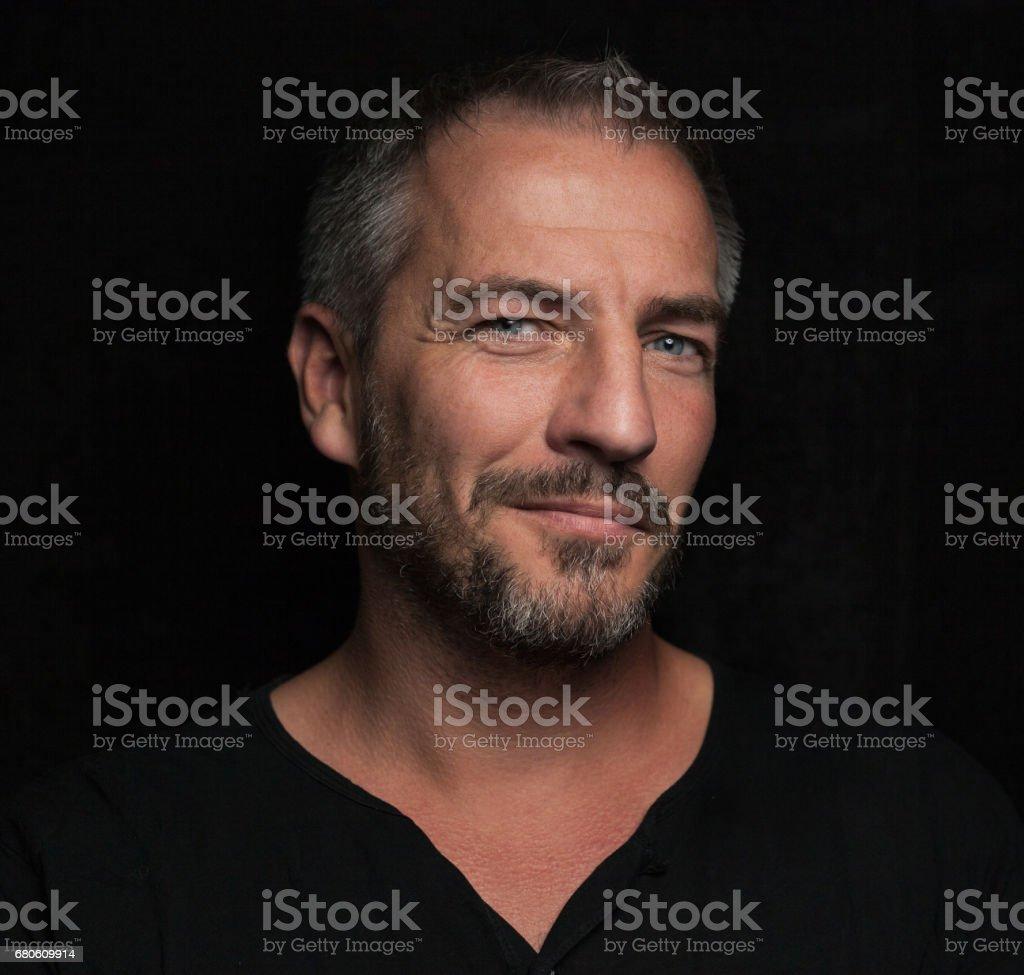 Front Retrato de hombre con una barba - foto de stock