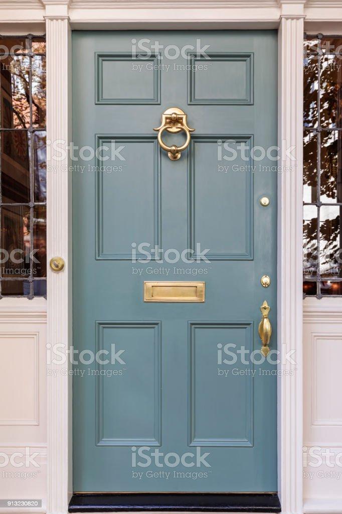 Vordere gedämpft blau mit gold farbigen Armaturen – Foto