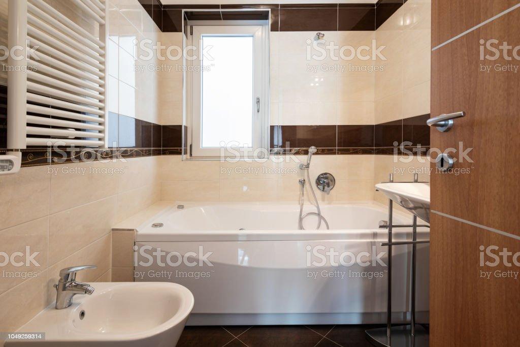 Vorderansicht Badezimmer Mit Braunen Fliesen Stockfoto und ...