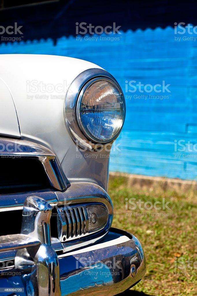 Vista frontal-detalhe de carro clássico dos anos 1950 foto royalty-free