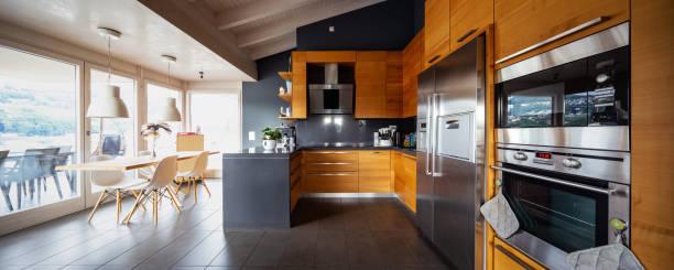 Moderne Holzküche Vorderansicht mit Tisch und Stuhl – Foto