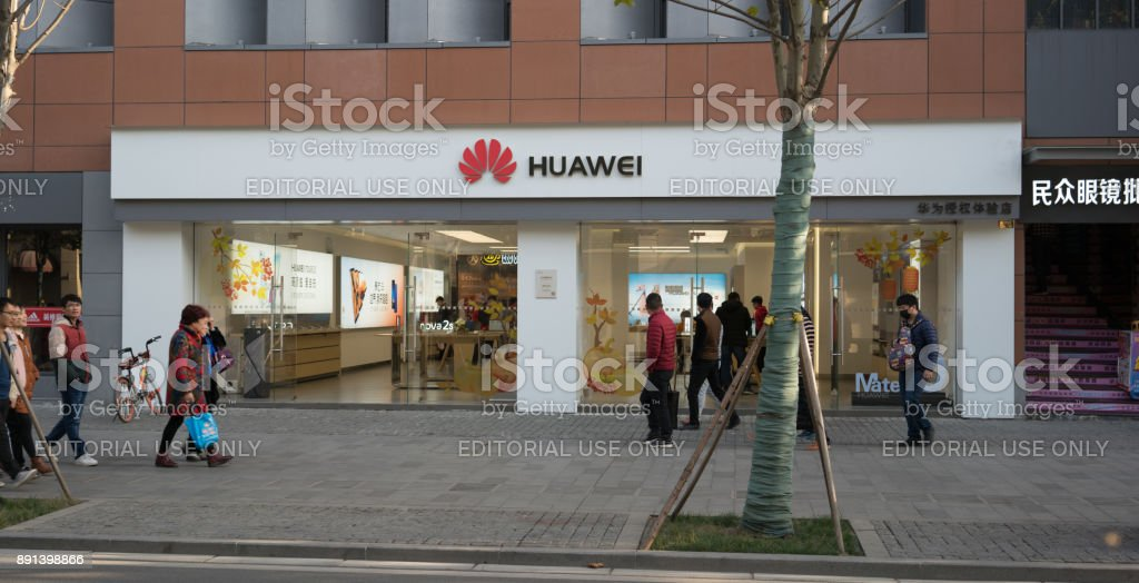 Front view of a flagship store of the Chinese mobile phone brand Huawei in China - Foto stock royalty-free di Ambientazione esterna