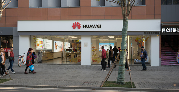 Front View Of A Flagship Store Of The Chinese Mobile Phone Brand Huawei In China - Fotografie stock e altre immagini di Ambientazione esterna