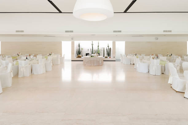 front view of a wedding hall in the center of the table newlyweds - sala balowa zdjęcia i obrazy z banku zdjęć
