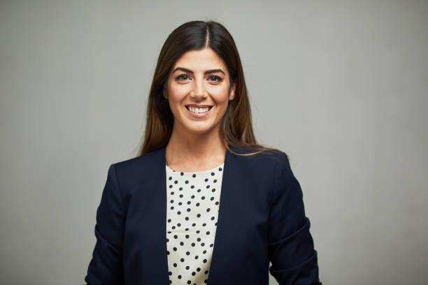 Frontansicht einer Frau im Anzug und lächelnd. – Foto