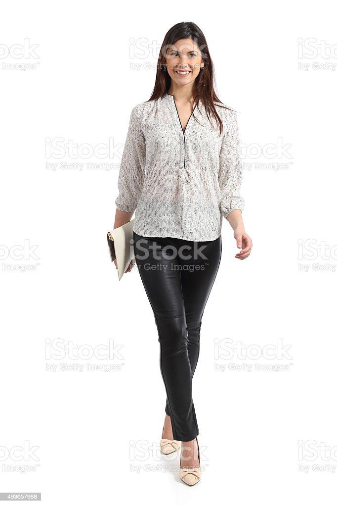 Vista frontal de um elegante Mulher caminhando isolado - foto de acervo