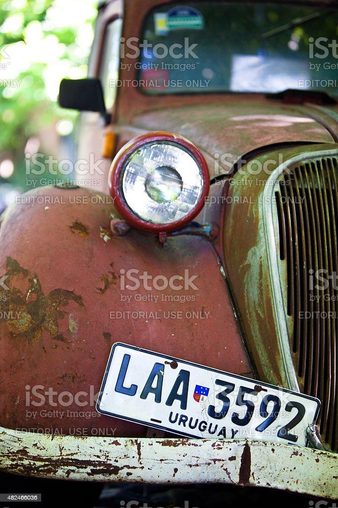 Vista frontal de uma antiga Red automóvel na rua - foto de acervo
