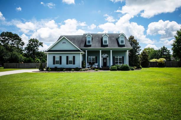vista dianteira da casa azul com tapume nos subúrbios - fachada - fotografias e filmes do acervo