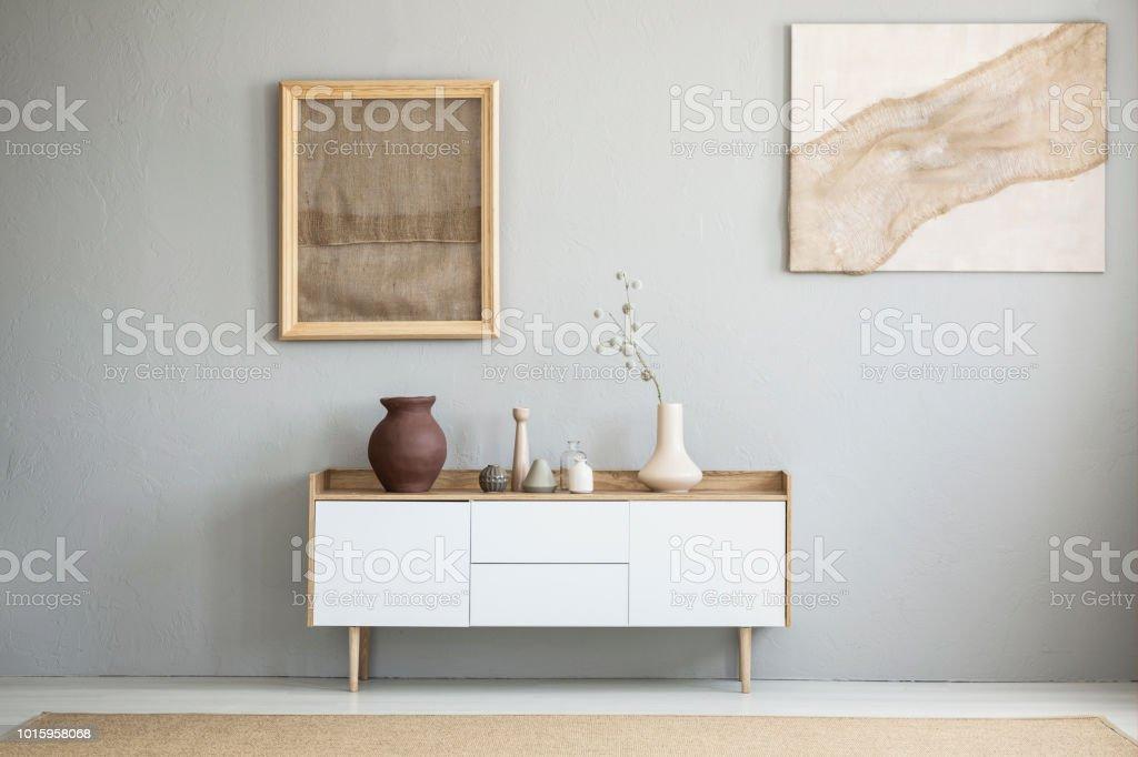 Vooraanzicht van jute kunstwerken op een licht grijze muur for Lichtgrijze muur