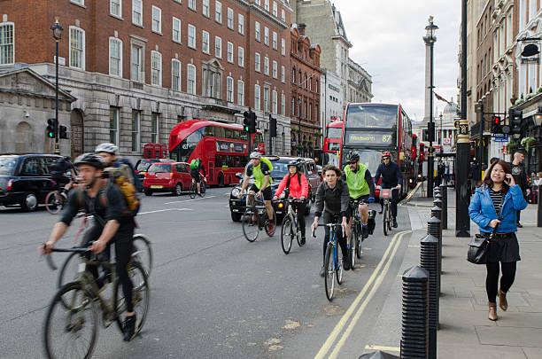 Vorderseite Blick auf Radsportler, Autos und Busse fahren auf der Straße – Foto