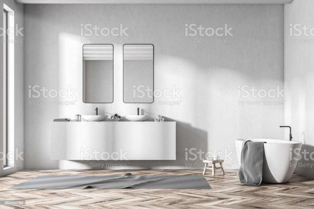 Widok z przodu podwójnej umywalki białej łazienki z wanną - Zbiór zdjęć royalty-free (Architektura)