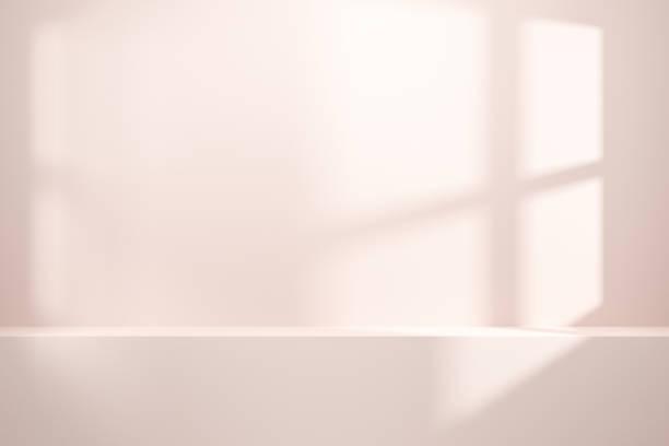 framsidan av tom hylla eller räknare på vit vägg bakgrund med naturligt ljus i fönstret. visning av rums hyllor för att visa minimalt koncept. realistisk 3d render. - piedestal bildbanksfoton och bilder