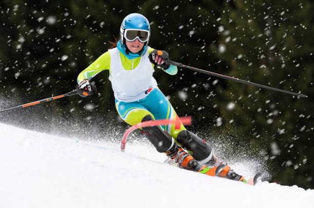 Vorderansicht der Skifahrerin im Slalom Ski Training während schneit – Foto