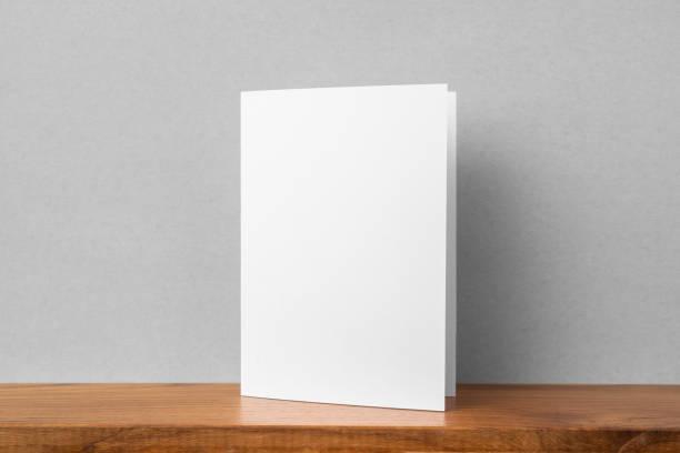 Frontansicht der Grußkarte auf Bücherregal und grauer Wand – Foto