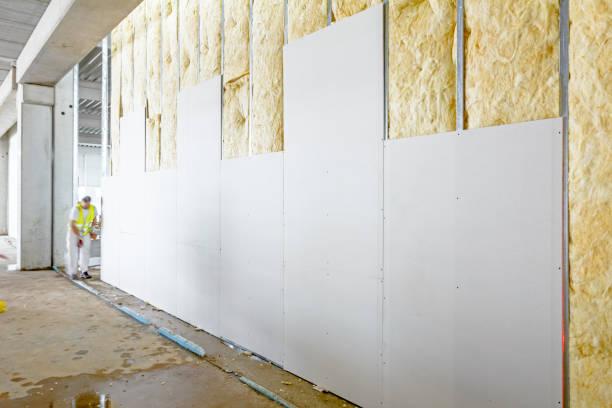 Vista frontal da parede de gesso, gesso cartonado está em construção - foto de acervo
