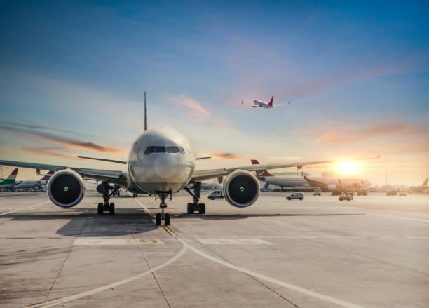 vooraanzicht van geland vliegtuig in istanbul international airport - vliegtuig stockfoto's en -beelden