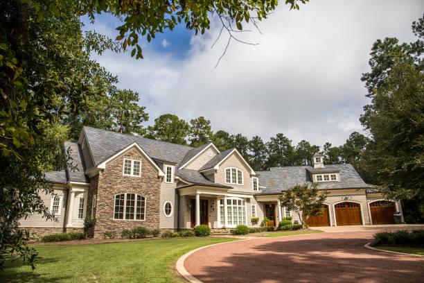 vooraanzicht van groot landgoed huis in het zuiden - new england verenigde staten stockfoto's en -beelden
