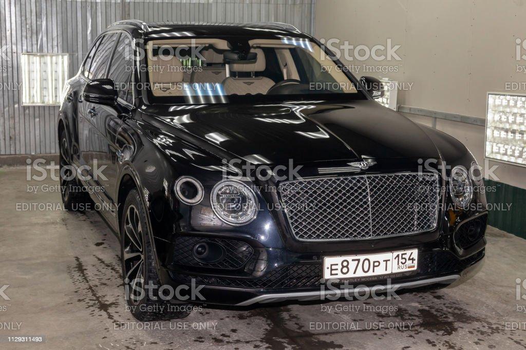 Vista Frontal Muy Cara Nuevo Negro Bentley Bentayga De Coche De Lujo Se Encuentra En La Caja De Lavado A La Espera De Reparacion En El Servicio De Auto Foto De Stock