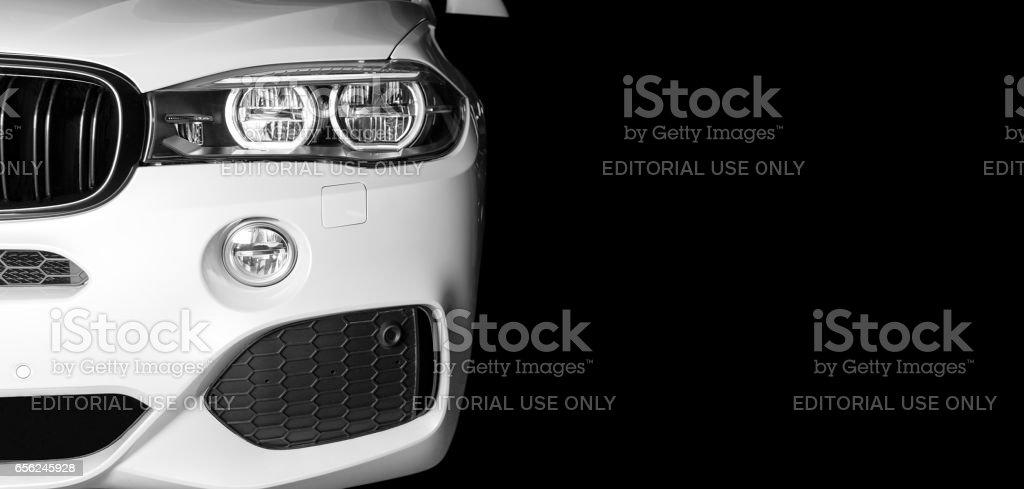 Vorderansicht des modernen Luxus Sport Auto weiß außen – Foto