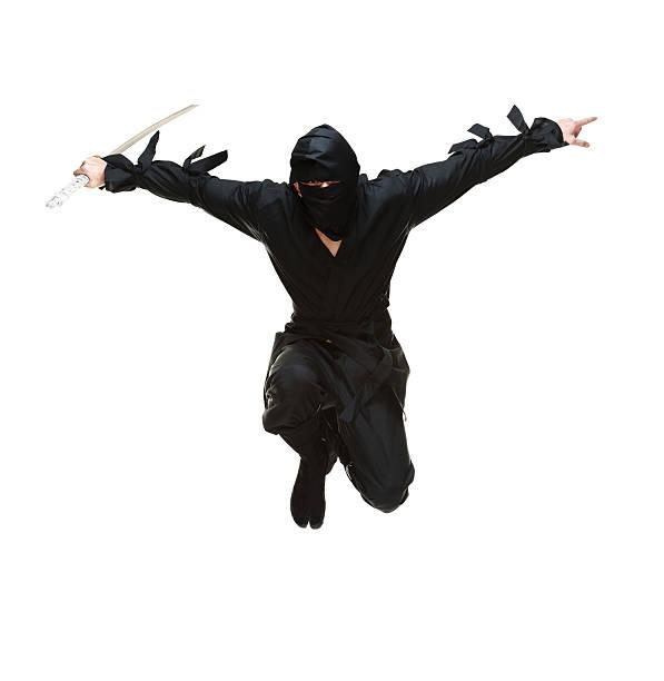 vista de frente del salto con espada ninja - ninja fotografías e imágenes de stock