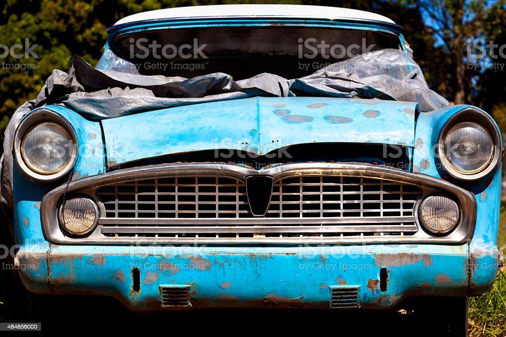 Vista frontal do carro velho azul Vintage Rusty - foto de acervo