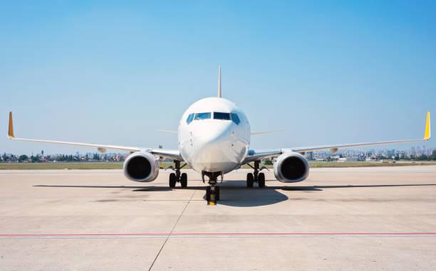 Frontansicht des Passagierflugzeugs, das auf der Landebahn steht. – Foto