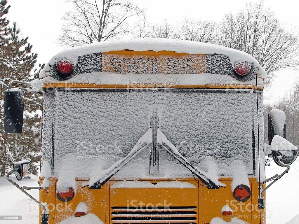 Вид спереди на снегу скрытой желтый Школьный автобус Стоковые фото Стоковая фотография